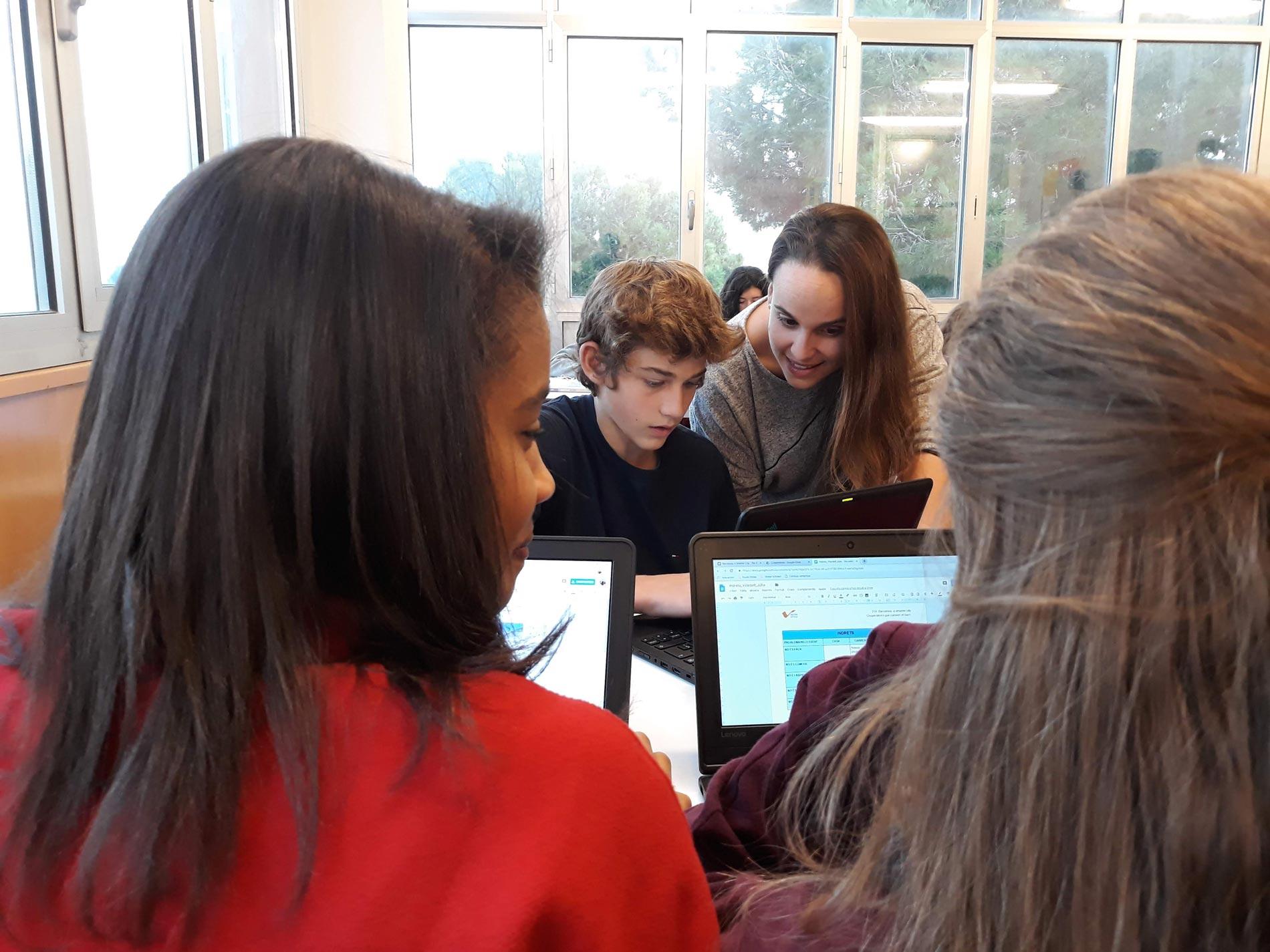 Sandra dedica gran parte de su tiempo en las aulas a responder a las preguntas de su alumnado / Foto: Sandra Entrena