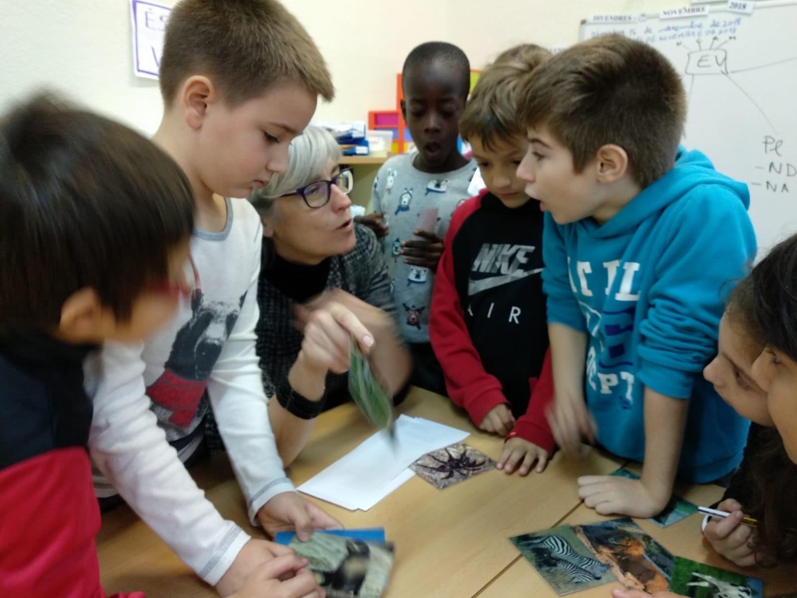 Las profesoras y profesores de ESO colaboran en algunas actividades de primaria. / Foto: Ángela Bransuela