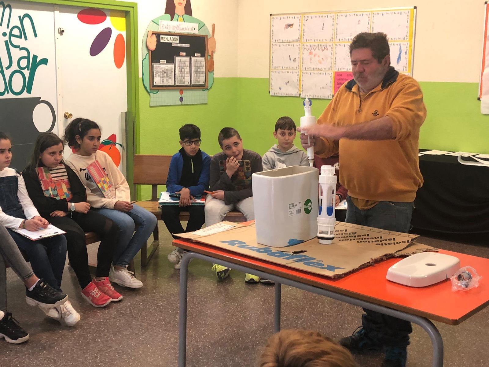 Profesionales de diferentes áreas acuden a las aulas para ayudar al alumnado con sus proyectos. / Foto: Ángela Bransuela