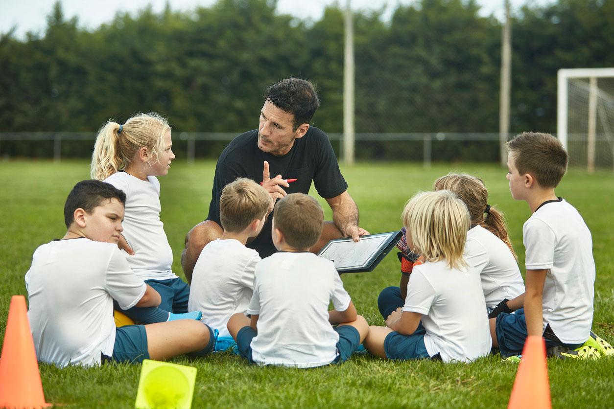 El profesor o la profesora son guías en el aprendizaje cooperativo. Orientan a cada equipo por separado y también de forma colectiva a todo el grupo clase.