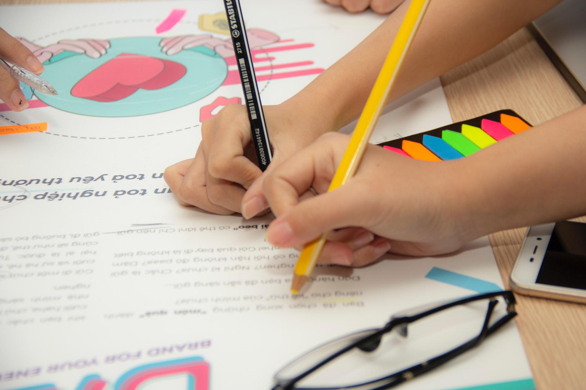 Mediante la educación a distancia también puedes observar el proceso formativo de tu alumnado. Aprovecha los canales digitales disponibles.