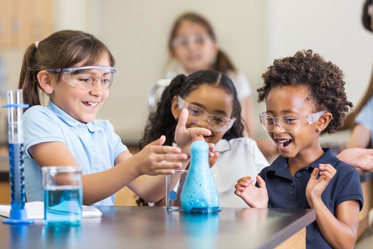Los proyectos educativos ayudan a estimular la creatividad y el pensamiento de diseño en nuestras alumnas y alumnos.