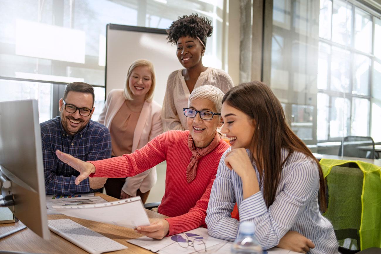 El profesorado, entre ellos, también pueden ayudar a que haya más ideas o a saber cómo resolver cualquier cosa que surja en tu clase que ya le haya pasado a otro profesor o profesora.