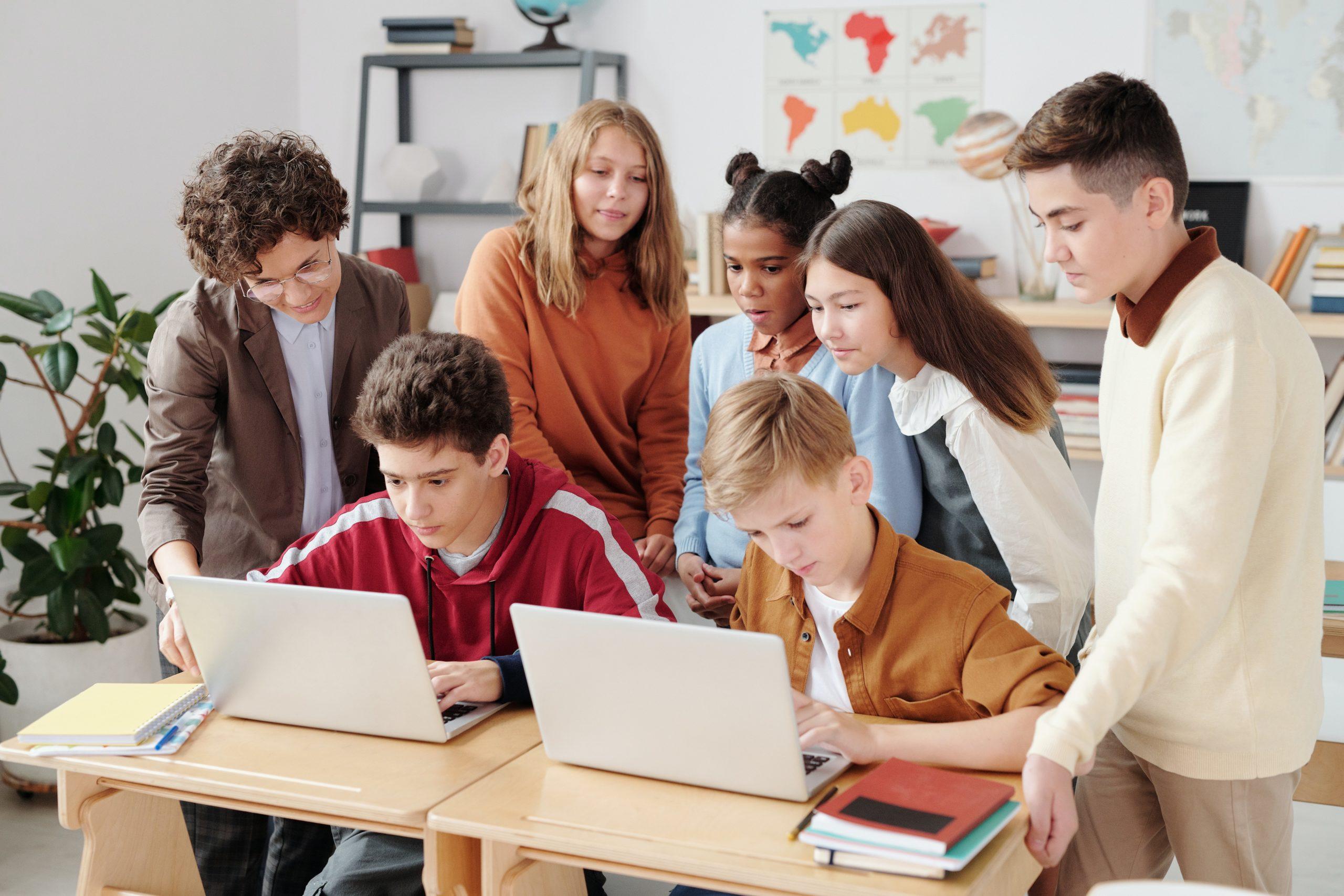 Aprender a utilizar las TICs en clase también es una forma de hacer que se puedan organizar y que cada uno se especialice en aquello en lo que destaca.