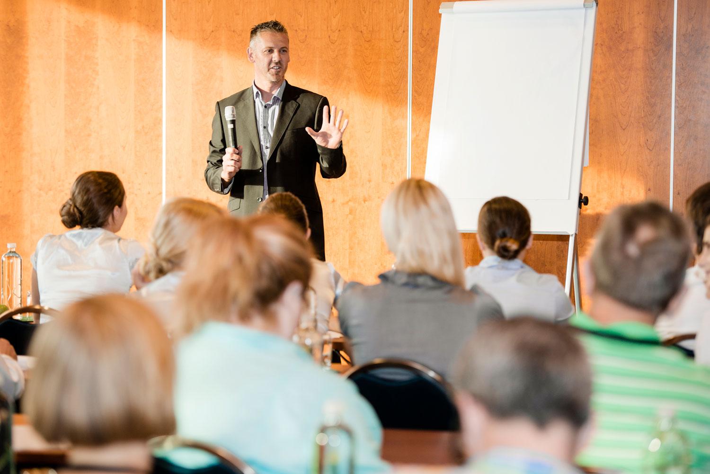 La formación docente con objetivos claros en la escuela promueve la motivación en el equipo de profesores y profesoras.